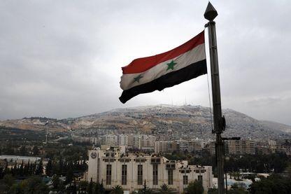Un drapeau syrien au-dessus de Damas