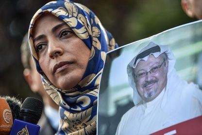 Tawakkol Karman, prix Nobel de la paix yéménite en 2011, brandit un portrait de Jamal Kashoggi lors d'un rassemblement devant le Consulat d'Arabie saoudite à Istanbul, vendredi 5 octobre.