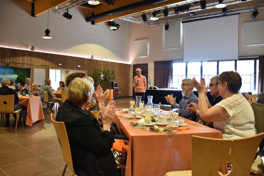 Pendant leur repas, les seniors de Montbazon ont entendu les textes de slam sur l'écologie mais aussi sur des souvenirs de Marcel Goudeau.