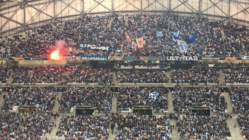 Face à la Lazio, l'OM était privé par l'UEFA des 2 virages du stade Vélodrome ; les groupes de supporters étaient regroupés en haut de la tribune Ganay