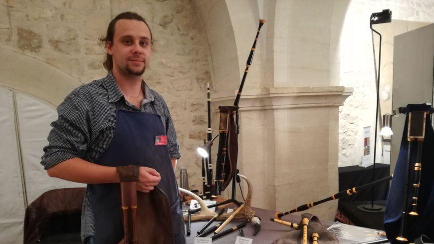 Gabriel Desbiolles, qui fabrique des instruments anciens, loue un atelier à la mairie depuis un an.