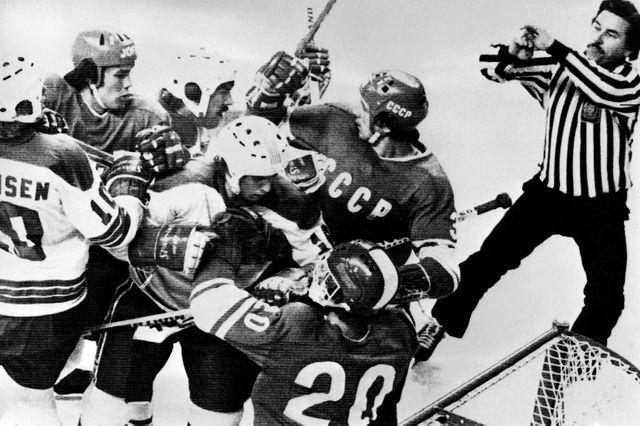 Rixe entre l'équipe américaine et l'équipe soviétique de hockey sur glace, lors des Jeux Olympiques d'Hiver de 1976 à Innsbruck, Autriche.