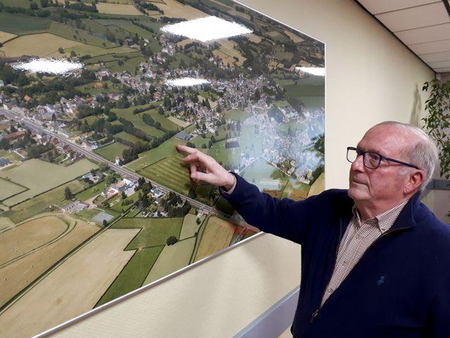 Alain Gillet, maire de Sars-Poteries (Nord) depuis 1989 montre ses réalisations