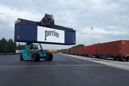 Le chargement des conteneurs qui partent en train de l'usine Perrier de Vergèze, dans le Gard, en direction du port de Fos-sur-Mer