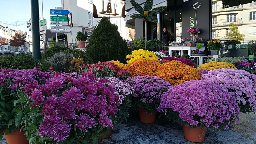 À la Toussaint, les chrysanthèmes fleurissent devant les boutiques des fleuristes!