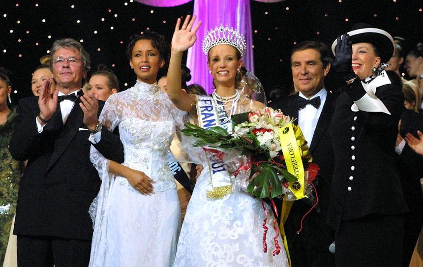 La robe de Sonia Rolland, Miss France 2000 (à gauche sur la photo), fait partie des robes volées.