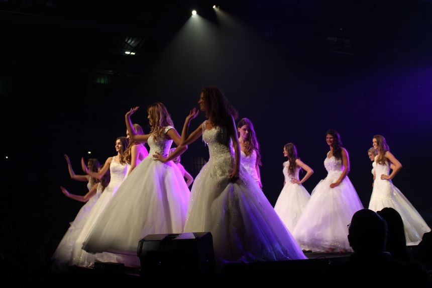Les candidates ont clôt le spectacle en défilant en robes de mariées