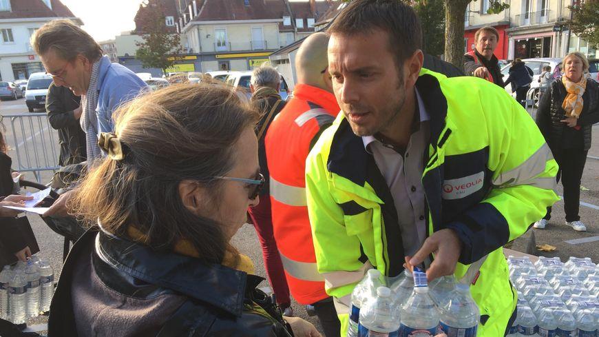 Depuis vendredi près de 77.000 bouteilles d'eau ont été distribuées par Véolia.