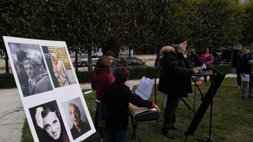 Une centaine de personnes se sont rassemblées en mémoire à Charles Aznavour, à Tours ce samedi.