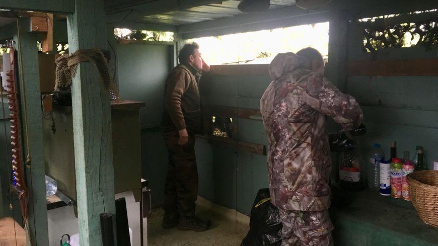 L'équipe de chasseurs repère les vols de palombes et tout le monde s'active quand des oiseaux s'approchent.