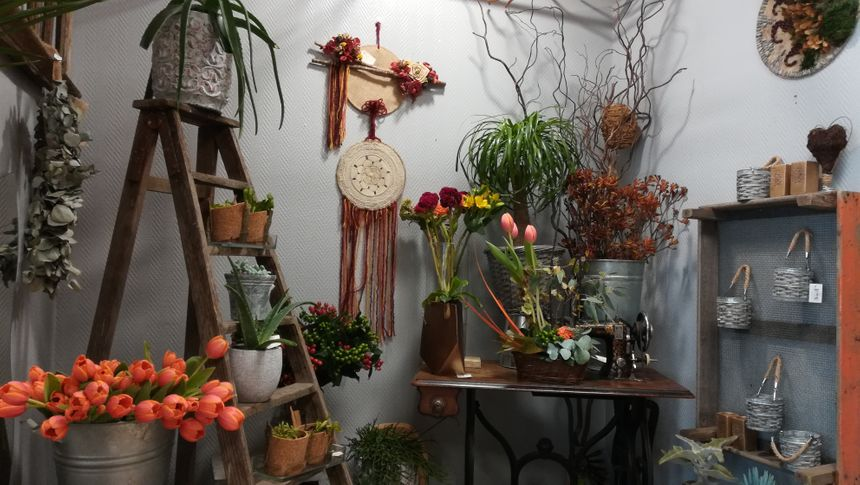 Déborah réalise ses propres compositions avec des fleurs, des branches, des feuilles et même des racines.