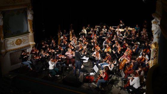 L'orchestre franco-allemand en répétition avec le chef Michaël Cousteau.