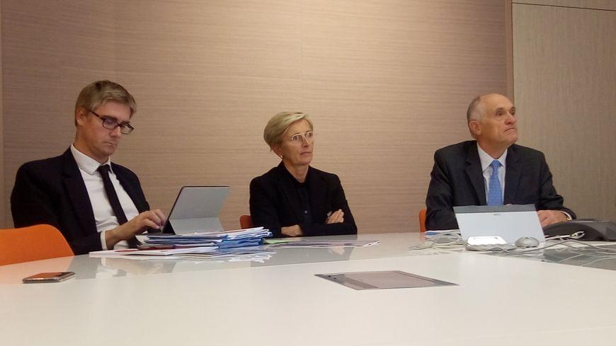 Olivier Noblecourt (à gauche) est venu féliciter Marie-Hélène Thoraval (au centre) pour son action