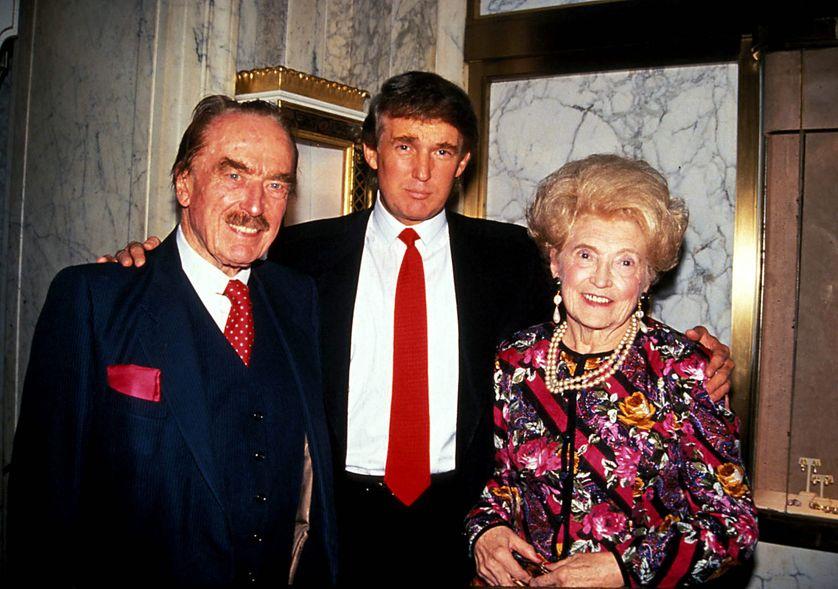 Donald Trump entouré par ses parents Fred et Mary, en 1992