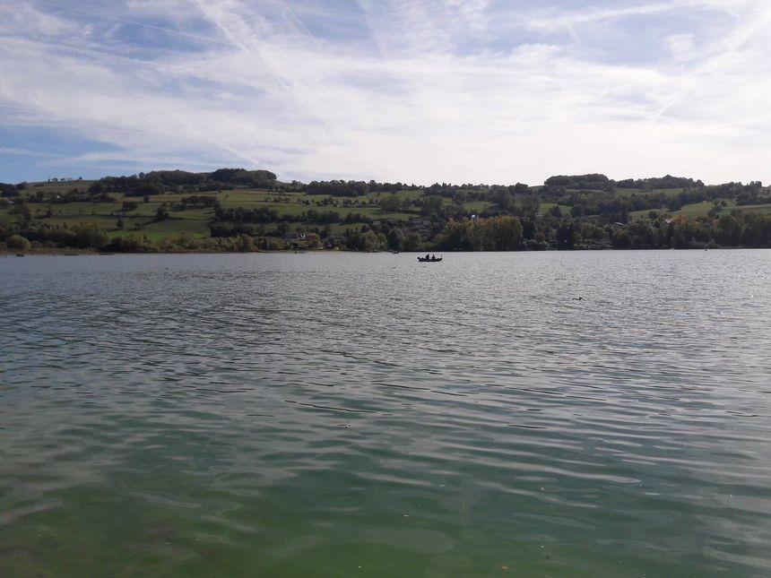 Les pêcheurs sont obligés de prendre leurs barques pour aller pêcher au milieu du lac