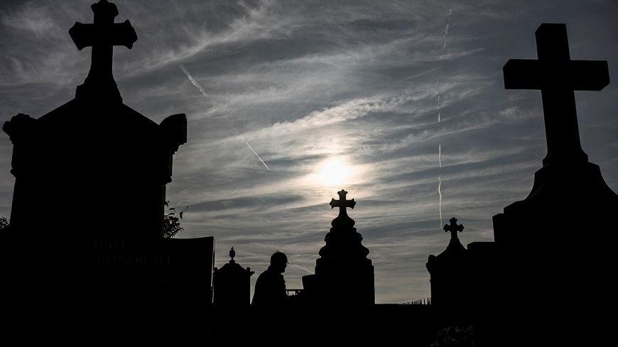 Avec le vieillissement de la population, la France enregistre de plus en plus de décès.