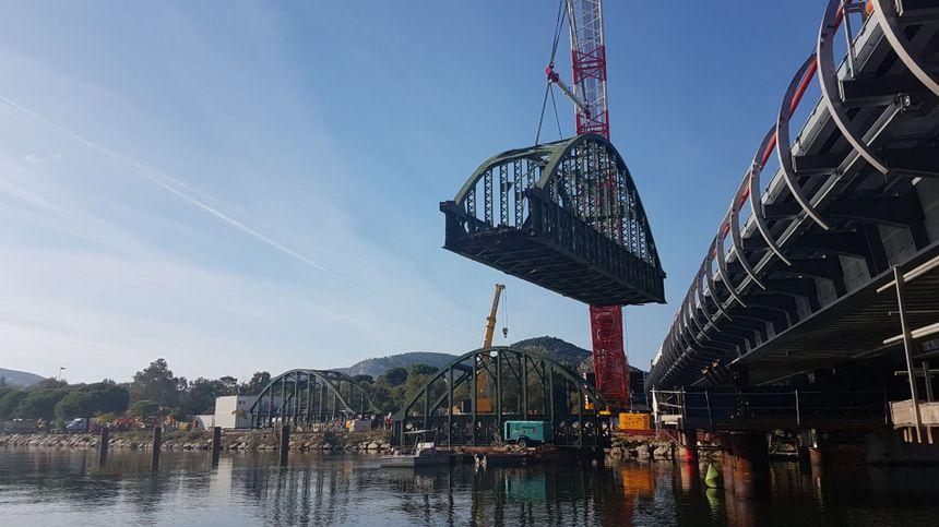 Une première arche du viaduc démontée ce vendredi matin.