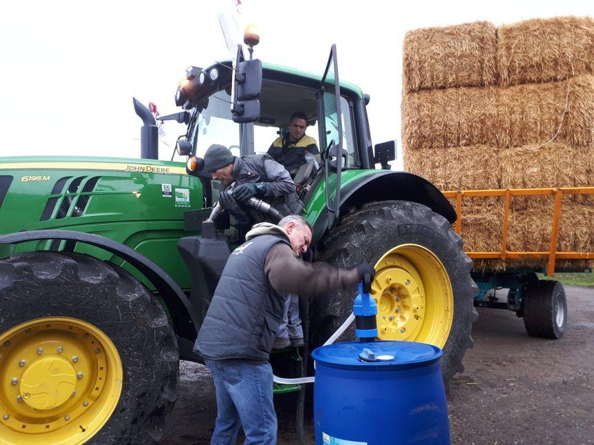 A l'arrivée, les tracteurs sont réapprovisionnés en carburant.