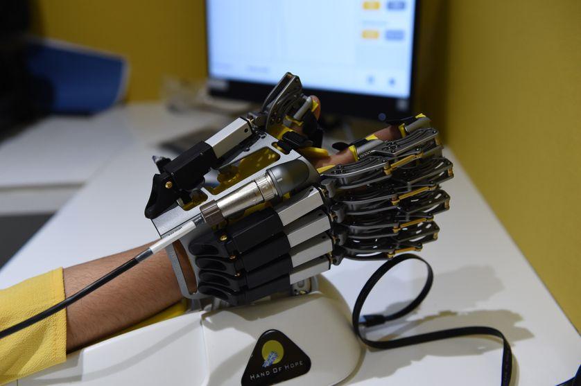 """La main robot """"Hope of Hand"""" qui aide les personnes souffrant de paralysie, de problèmes neurologiques et des blessures de la colonne vertébrales."""