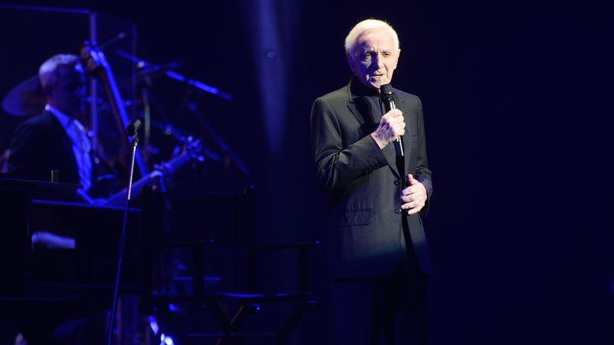 Kevin Reveyrand, à la basse, avec Charles Aznavour, le 30 janvier 2018 à Toulouse.