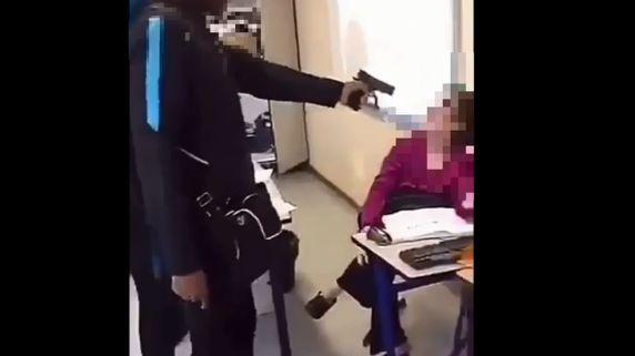 La vidéo du lycéen, qui a braqué une arme factice sur sa professeure, a fait le tour des réseaux sociaux
