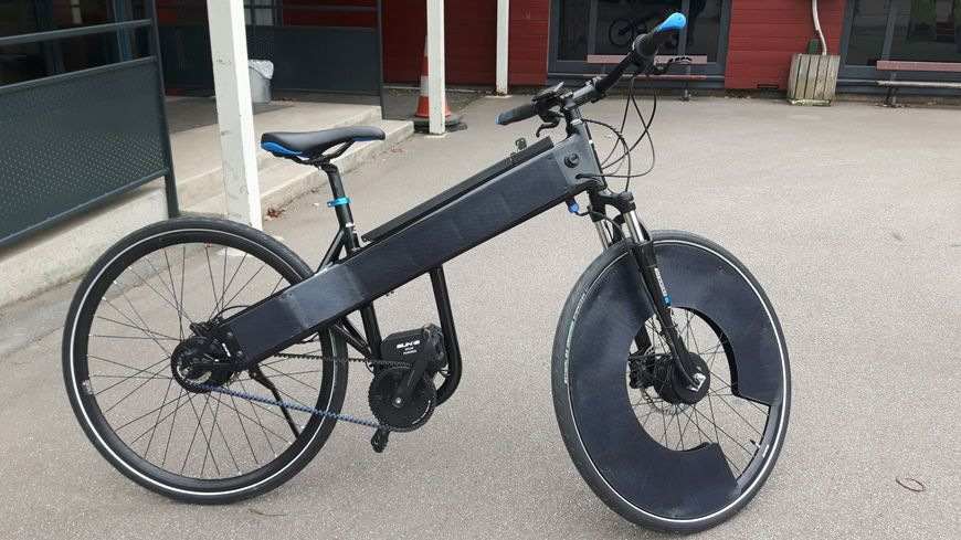 Des cellules photovoltaïques sur le cadre et la roue avant permettent de recharger ce vélo électrique grâce au soleil
