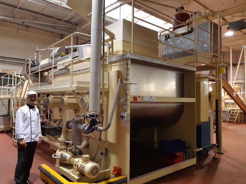 Marc Cluizel devant sa conche,  une machine qui permet l'affinage du chocolat. C'est là qu'y sont incoroporés le beurre de cacao,  le sucre et éventuellement le lait ou les épices
