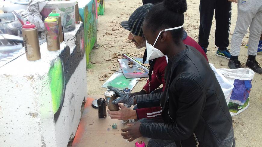 Ces jeunes sont encadrés par deux artistes de street art Mayennais.