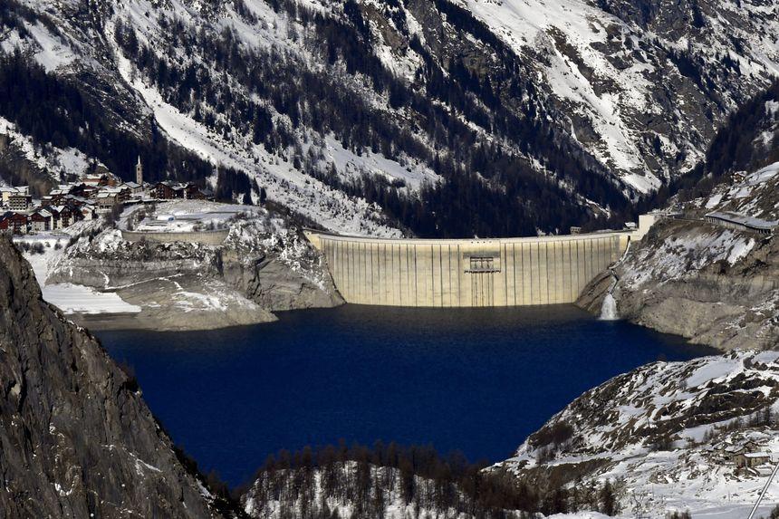 La lac de Tignes et son barrage, ici en hiver