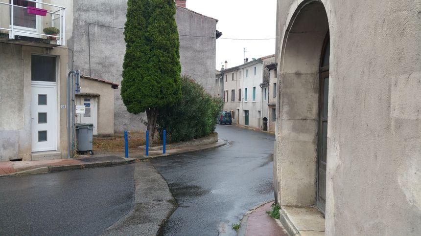 Pour éviter le trottoir trop étroit (à gauche), les habitants doivent traverser la rue en plein virage, sans visibilité et sans passage piéton.