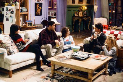 """Le casting de """"Friends"""" au grand complet réuni dans l'appartement de Monica, tout à gauche, suivie de Ross, Rachel, Chandler et Phoebe ! (""""The One With Two Parts"""", épisode 16, saison 1, 1995) !"""