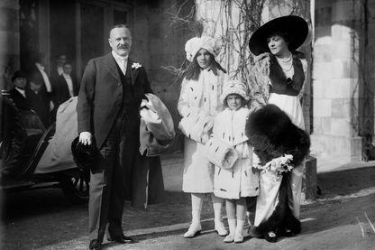 Portrait d'une famille bourgeoise : George Jay Gould, sa femme Edith M. Kingdon et leurs filles Edith Catherine Gould et Gloria Gould (1913)