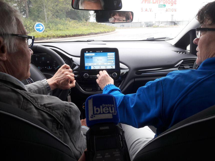 En voiture avec Loïc 71 ans et Patricia, monitrice d'auto-école.