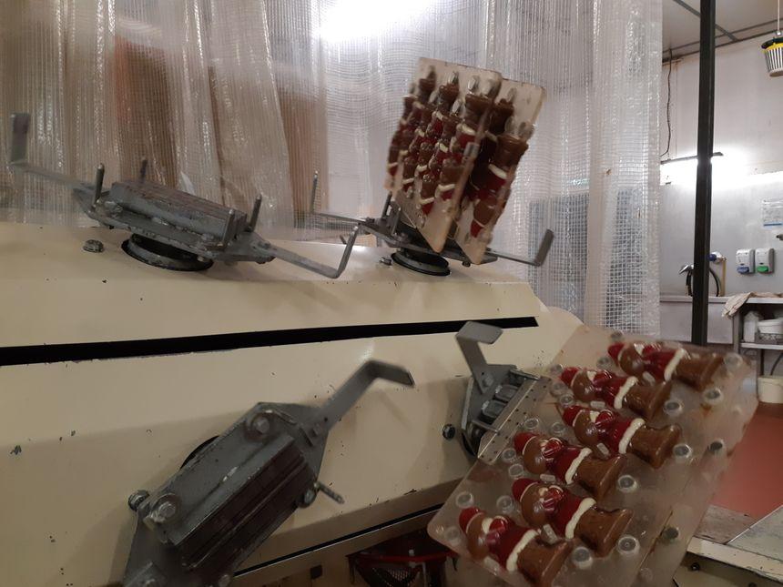 Les sujets passent ensuite dans cette drôle de machine, où ils sont retournés dans tous les sens, pour répartir le chocolat