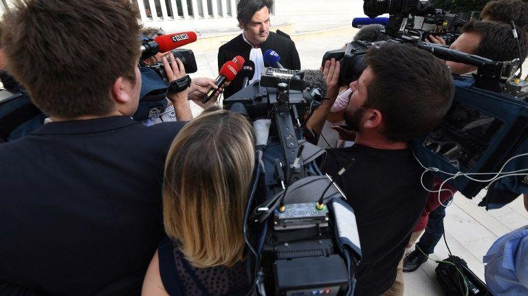 Me Randall Schwerdorffer répondant à une nuée de journalistes le 4 juillet 2018 devant le palais de justice de Besançon