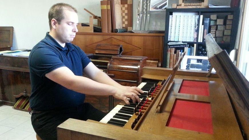 Victor Mangeol, au clavier d'un harmonium