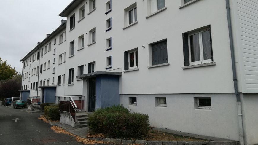 L'entrée de l'immeuble du quartier Pergaud à Mandeure. Le couple était installé au troisième étage.