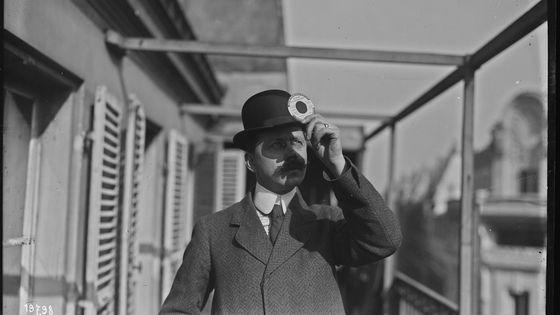 Eclipse du soleil, homme regardant à travers un disque avec cache, photo prise sur le balcon de l'agence Rol, 4 rue Richer. Photographie de presse/Agence Rol - 17-4-1912
