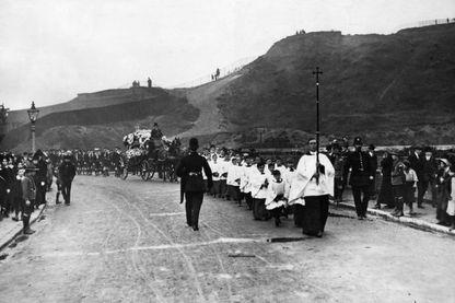 Procession catholique pour des funérailles, en 1913