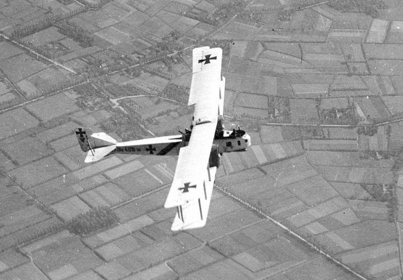 Un Gotha GIV 405/16 allemand survolant la Belgique en juin 1917