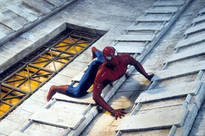 "Spiderman escaladant un immeuble, extrait du film ""Spiderman"" de Sam Raimi (2002)"