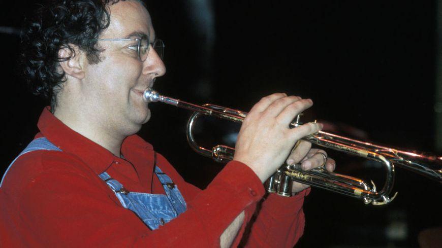 Coluche à la trompette.