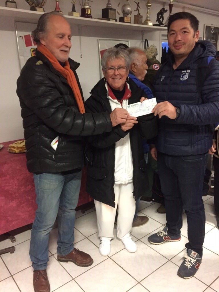 Colette Tignères remet le chèque