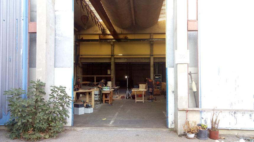 L'atelier commun dans lequel Stéphane, ses deux employés et son apprenti, et Thomas, travaillent ensemble.