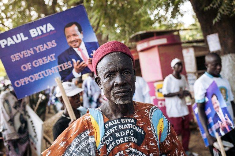 Un défenseur du président Paul Biya après la manifestation du président camerounais le 29 septembre à Maroua, au Nord du Cameroun. Huit candidats se présentent aux élections contre le président âgé de 85 ans qui dirige le pays depuis 35 ans.