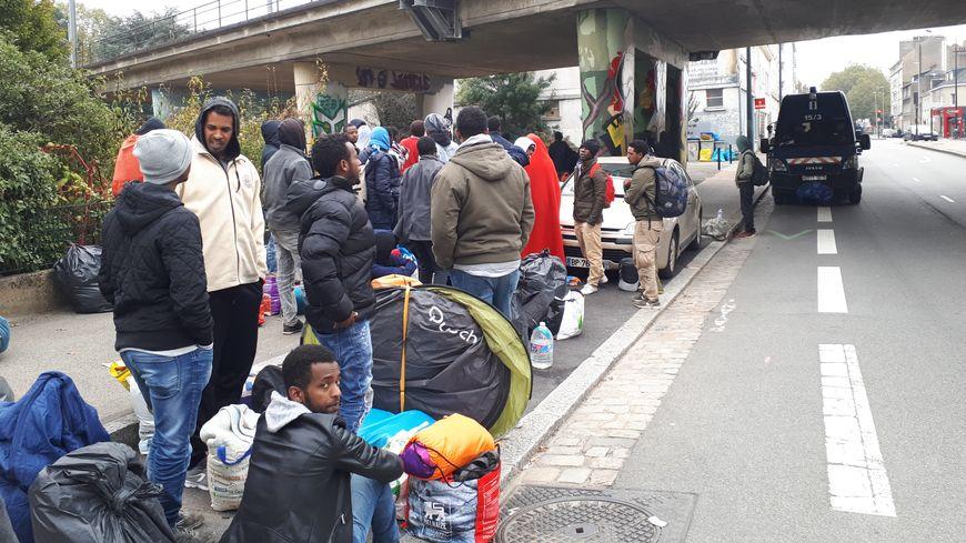 Après leur évacuation, la soixantaine de migrants s'est retrouvée à attendre sur le trottoir