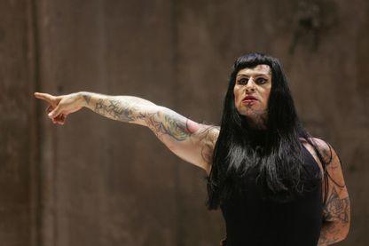 """Jean-Luc Verna interprète une scène de """"I Apologize"""", à Avignon,  dans le cadre du 59ème festival de théâtre (2005)"""