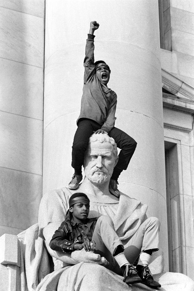 Devant le tribunal - rassemblement en faveur de Booby Seale et Ericka Huggins - New Haven, Connecticut, 1er mai 1970