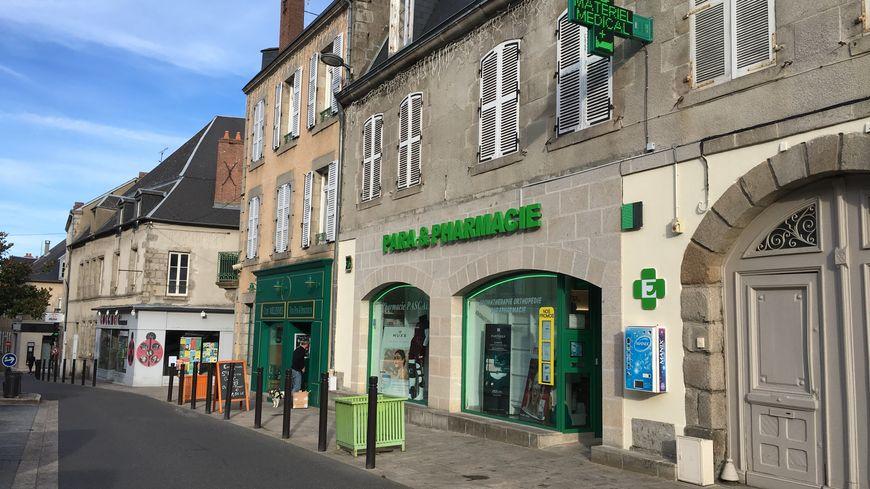 Dans cette pharmacie de Guéret, la pharmacienne a déjà vacciné plus d'une trentaine de patients, moins d'un mois après le lancement de la campagne.