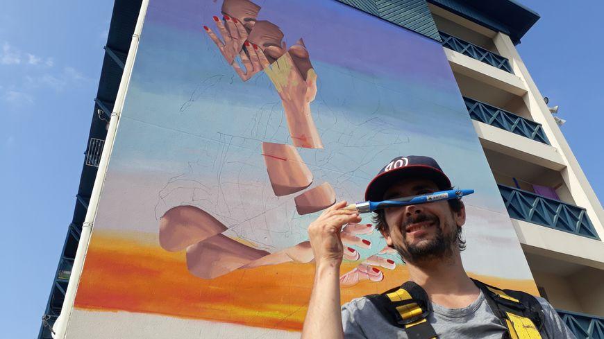 Le street-artiste et peintre marseillais Remy Uno, l'un des vingts artistes invités du festival, a eu carte blanche pour décorer cette façade, quartier Polo Beyries